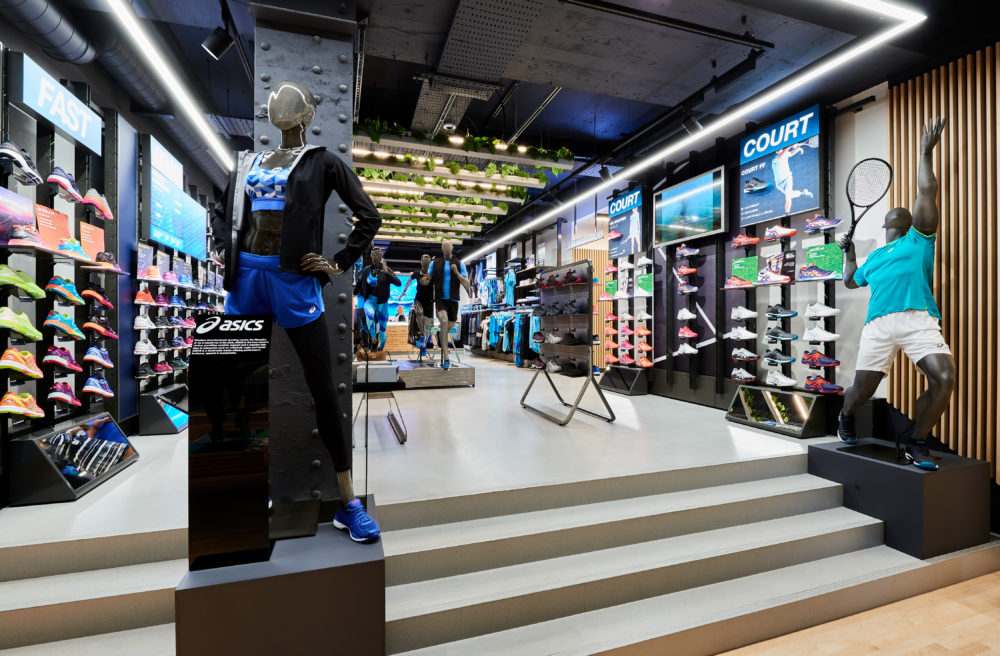 0ce90b65dc Gli store rappresentano uno spazio prezioso per ASICS per presentare la  propria offerta di prodotti versatili in ogni categoria, nonché il luogo  per ...